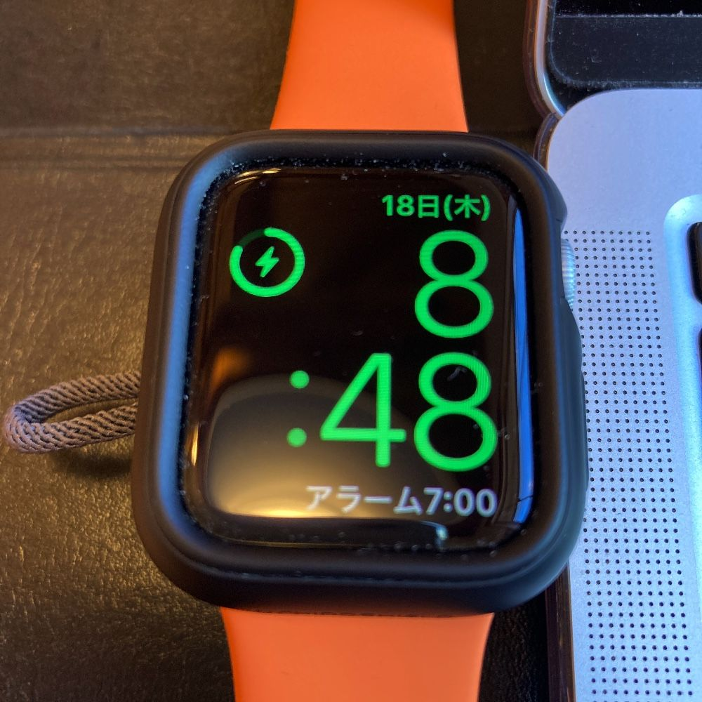 ZealBea製Apple Watch充電器をMacBook Airに挿してApple Watchを載せた状態