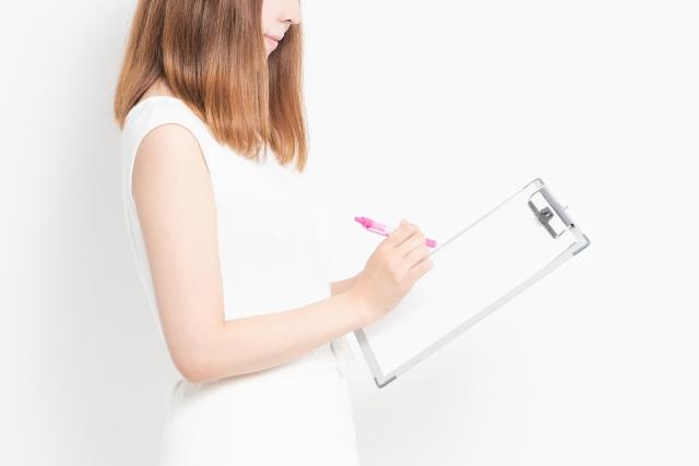 クリップボードを持つ女性