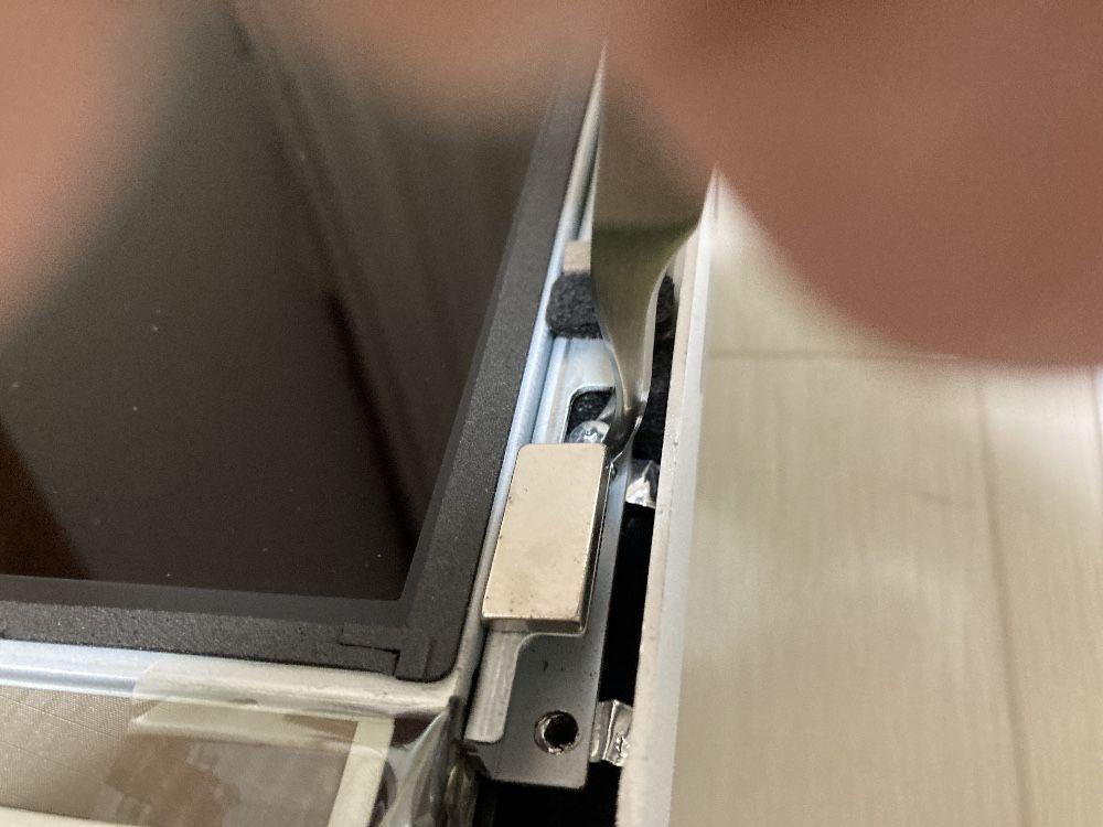iMac Late 2009の液晶ディスプレイのネジを外す