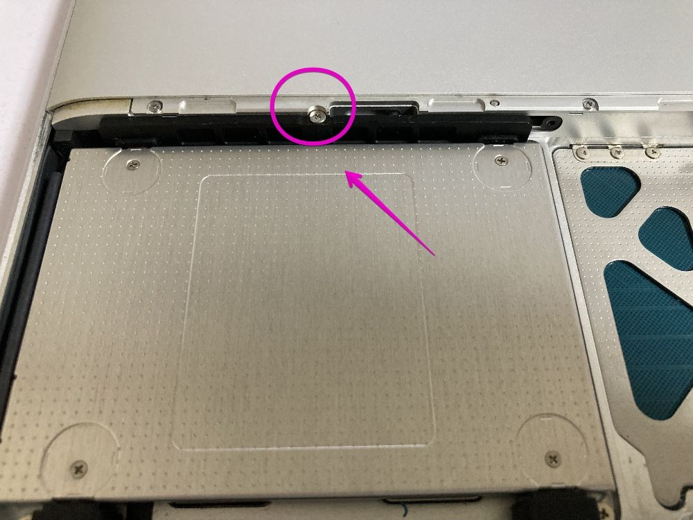 MacBook Late 2008 Screw